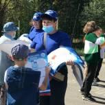 Волонтеры раздали школьные расписания ученикам и их родителям