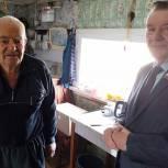 Василий Чернышов вручил продуктовые наборы пенсионерам в Каменском районе