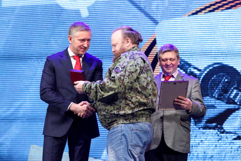 Губернатор НАО вручает краеведу Андрею Николаеву медаль «75 лет Победы в Великой Отечественной войне 1941-1945 годов».