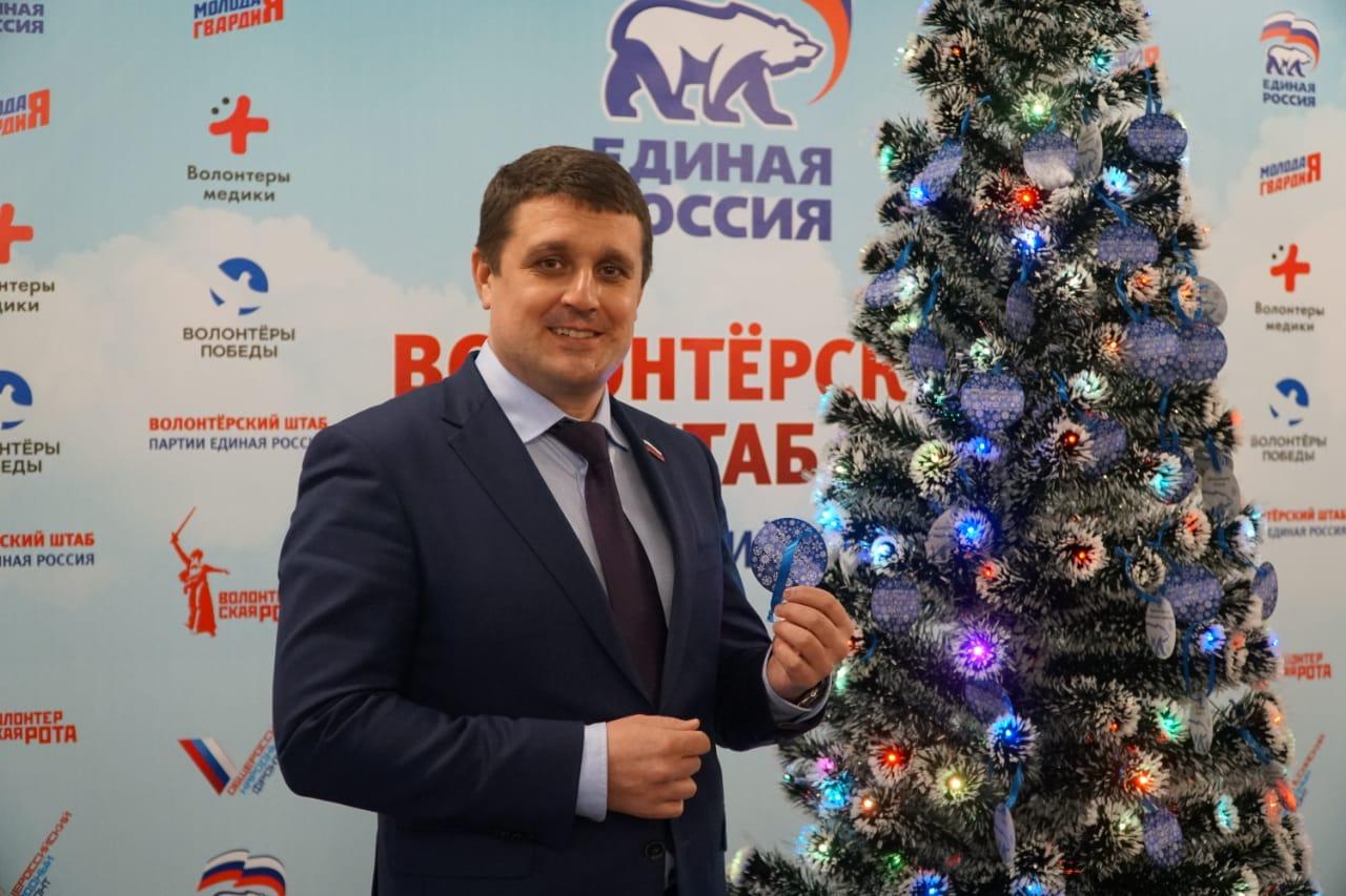 Вячеслав Перерядов снял с елки два письма с новогодними мечтами