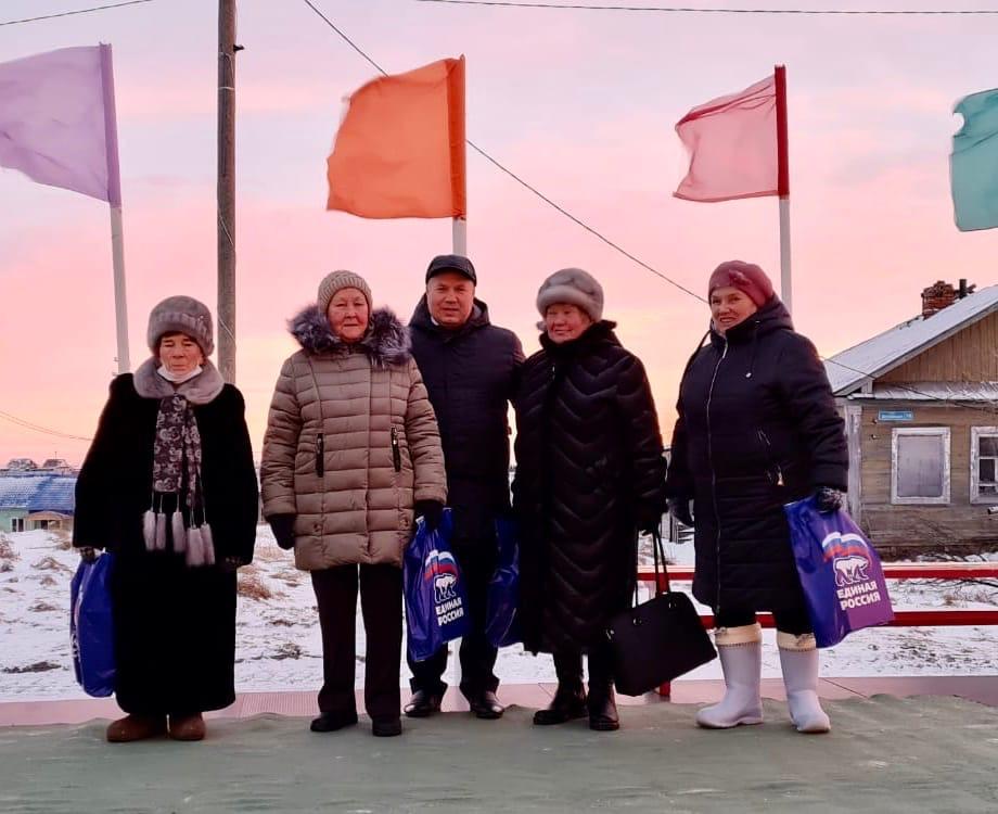 Сенатор Денис Гусев поздравляет жительниц Тельвиски с Днем матери
