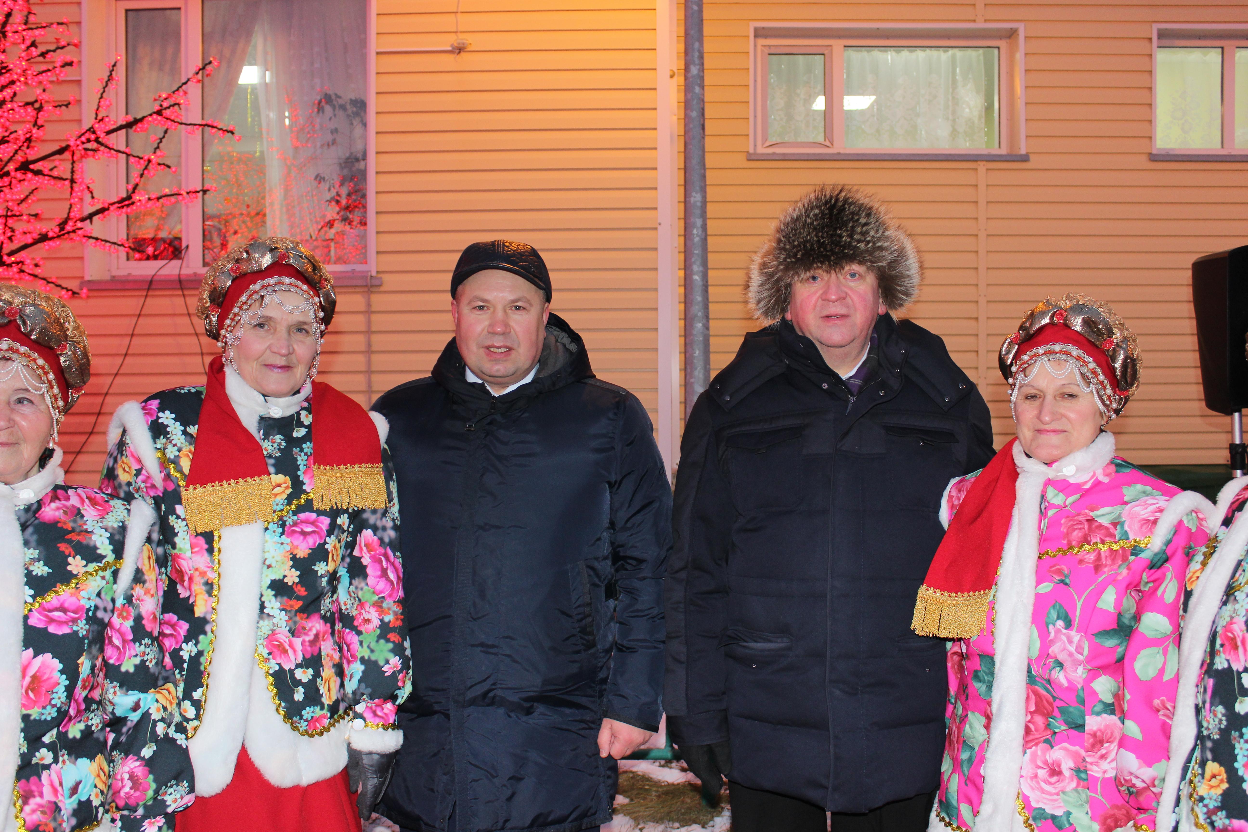 Сенатор Денис Гусев (слева) и спикер Собрания депутатов НАО Александр Лутовинов с тельвисочными певуньями