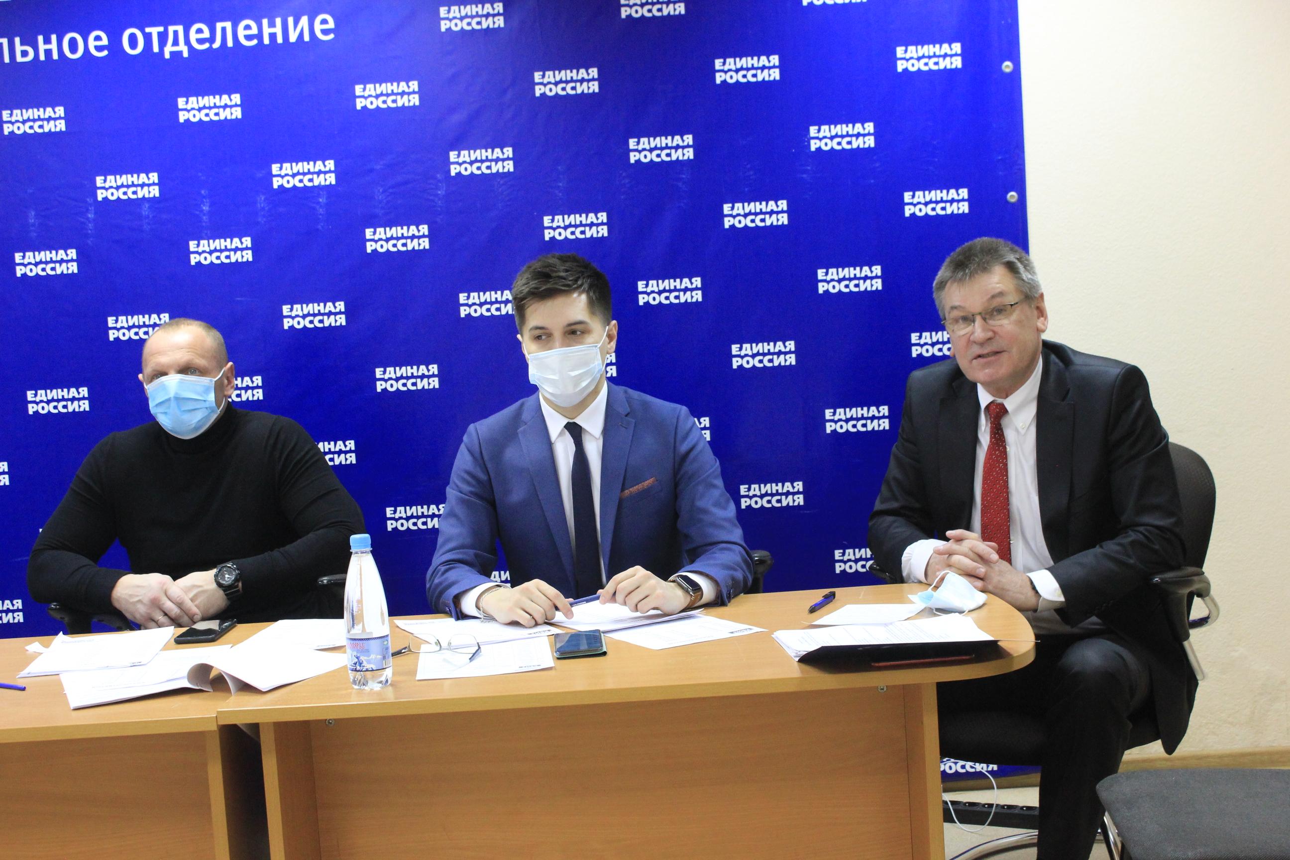 Открыл игру депутат Госдумы Сергей Коткин (крайний справа)