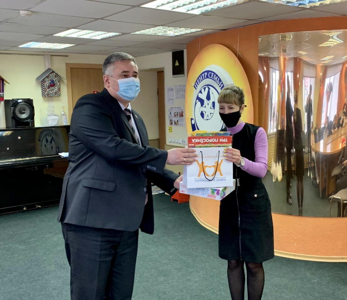 Норильские партийцы поздравили социально незащищенные семьи города с праздником