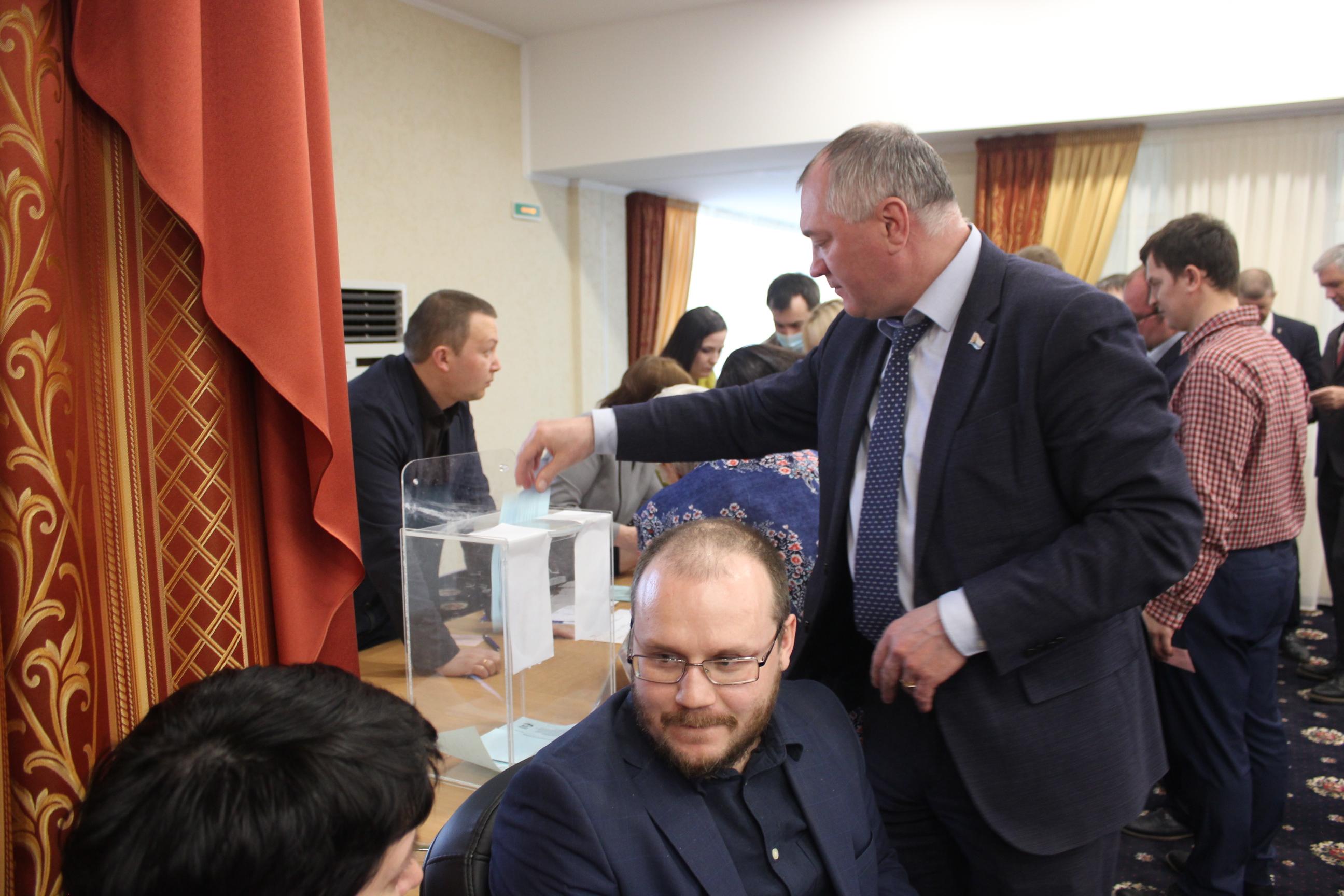 Голосует окружной депутат Анатолий Курленко