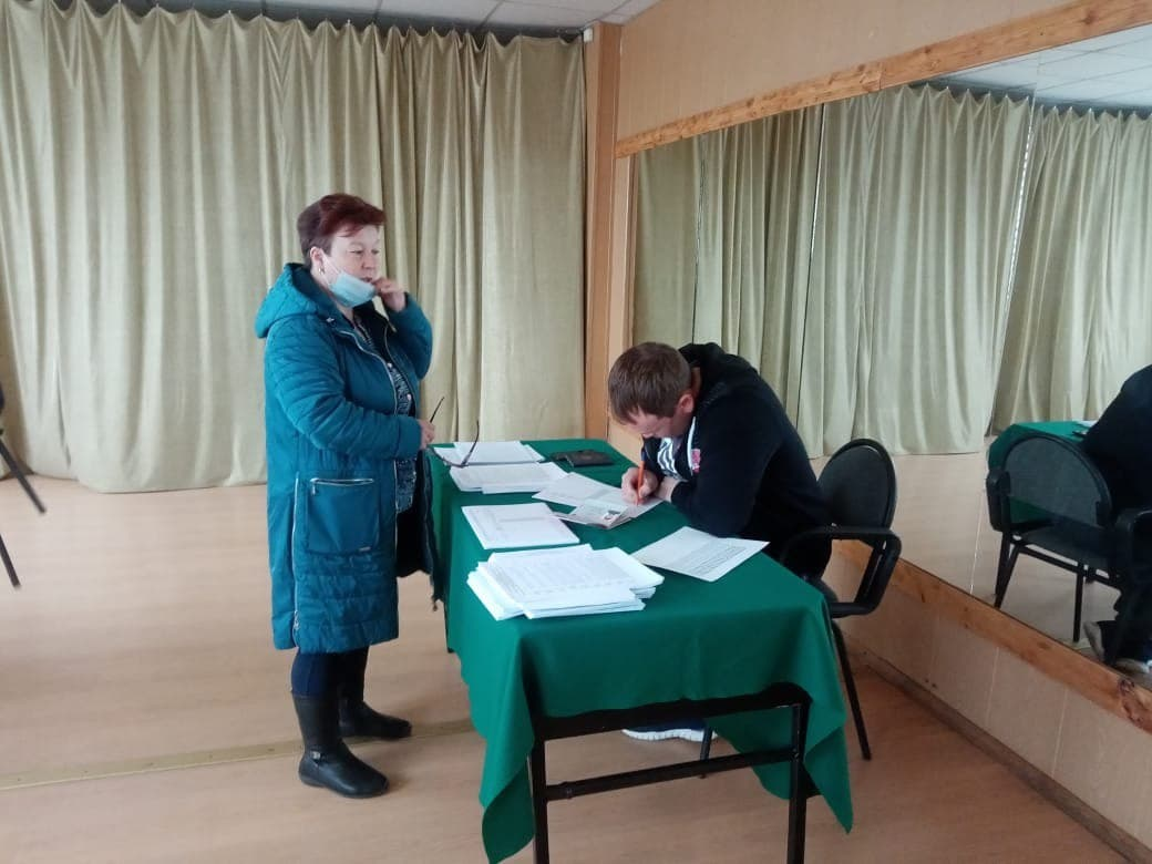 Голосование на избирательном участке в селе Оксино