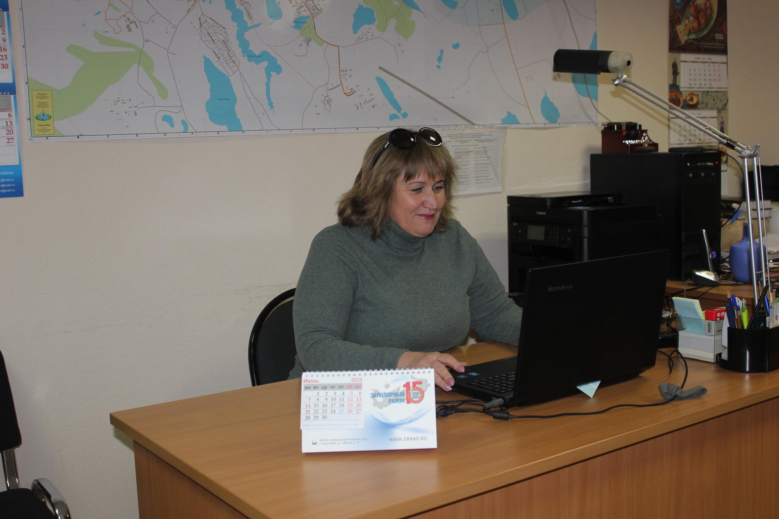 Голосует секретарь местного отделения партии Заполярного района Наталья Кардакова