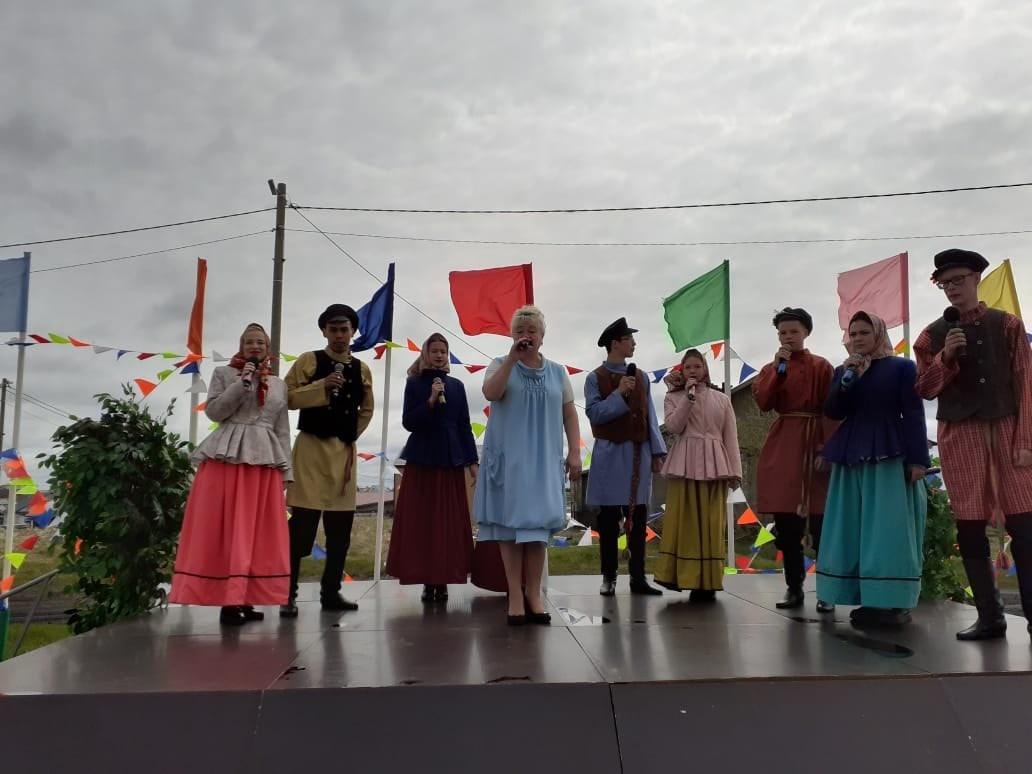 Дождь празднику не помеха: песенный флэшмоб в Тельвиске