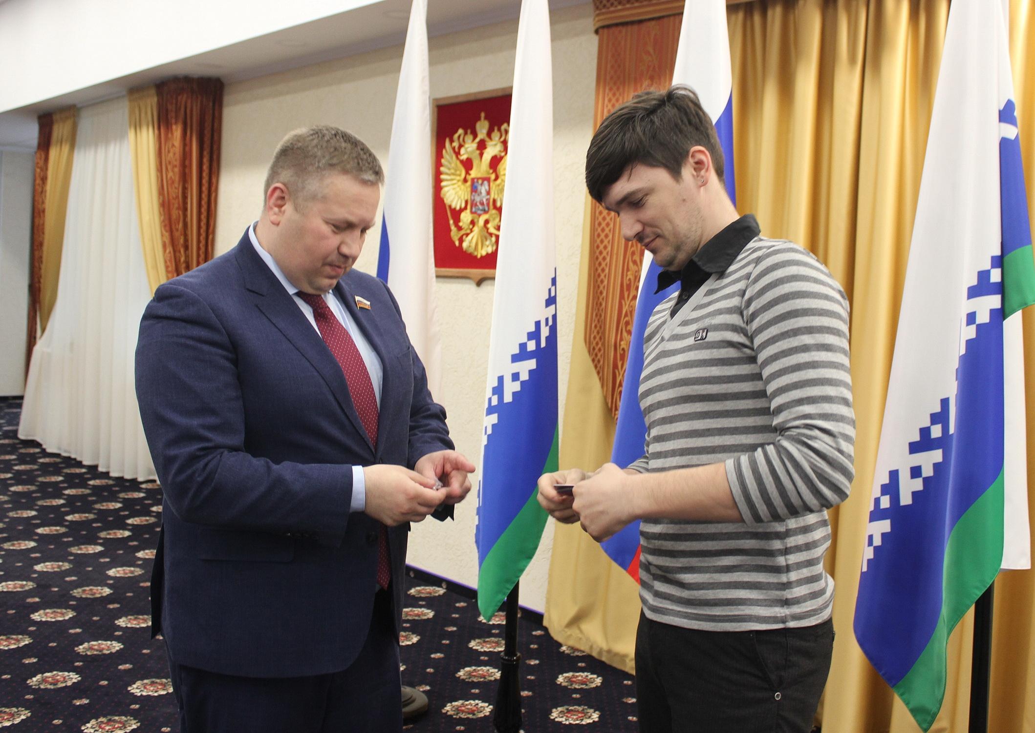 Секретарь НРО вручает партбилет Ярославу Дмитруку