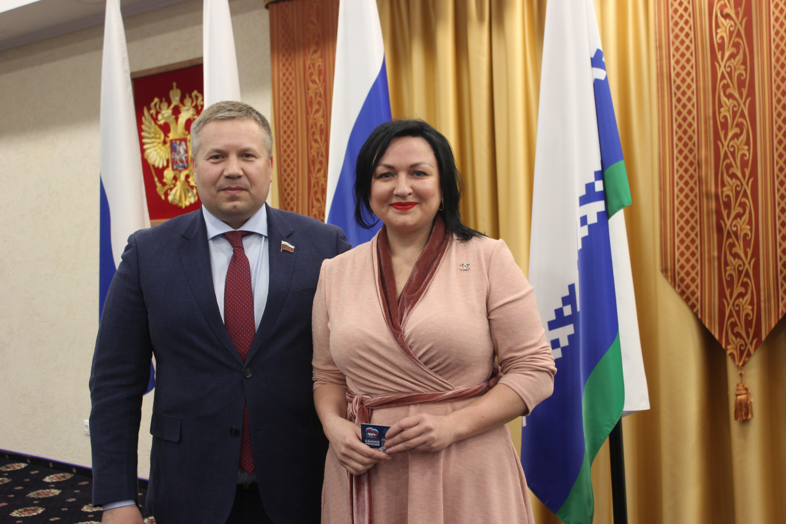 Секретарь НРО Денис Гусев вручил партбилет Юлии Дащук
