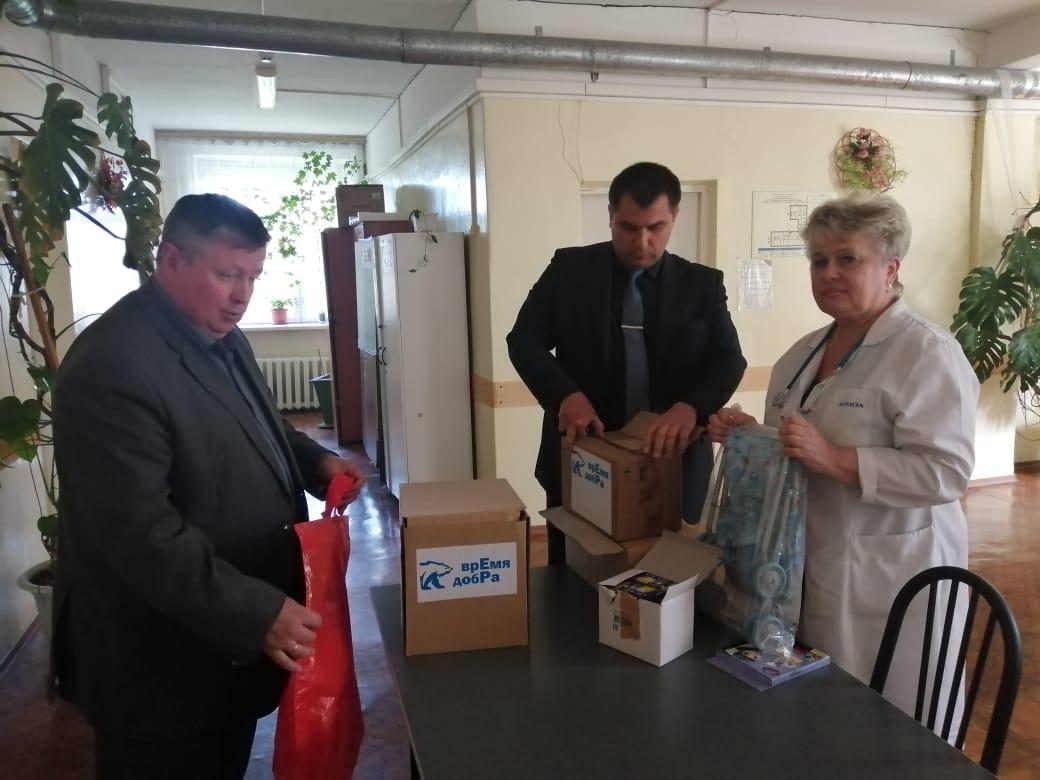 Члены местного политсовета вручили подарки для игровой комнаты в детском отделении больницы