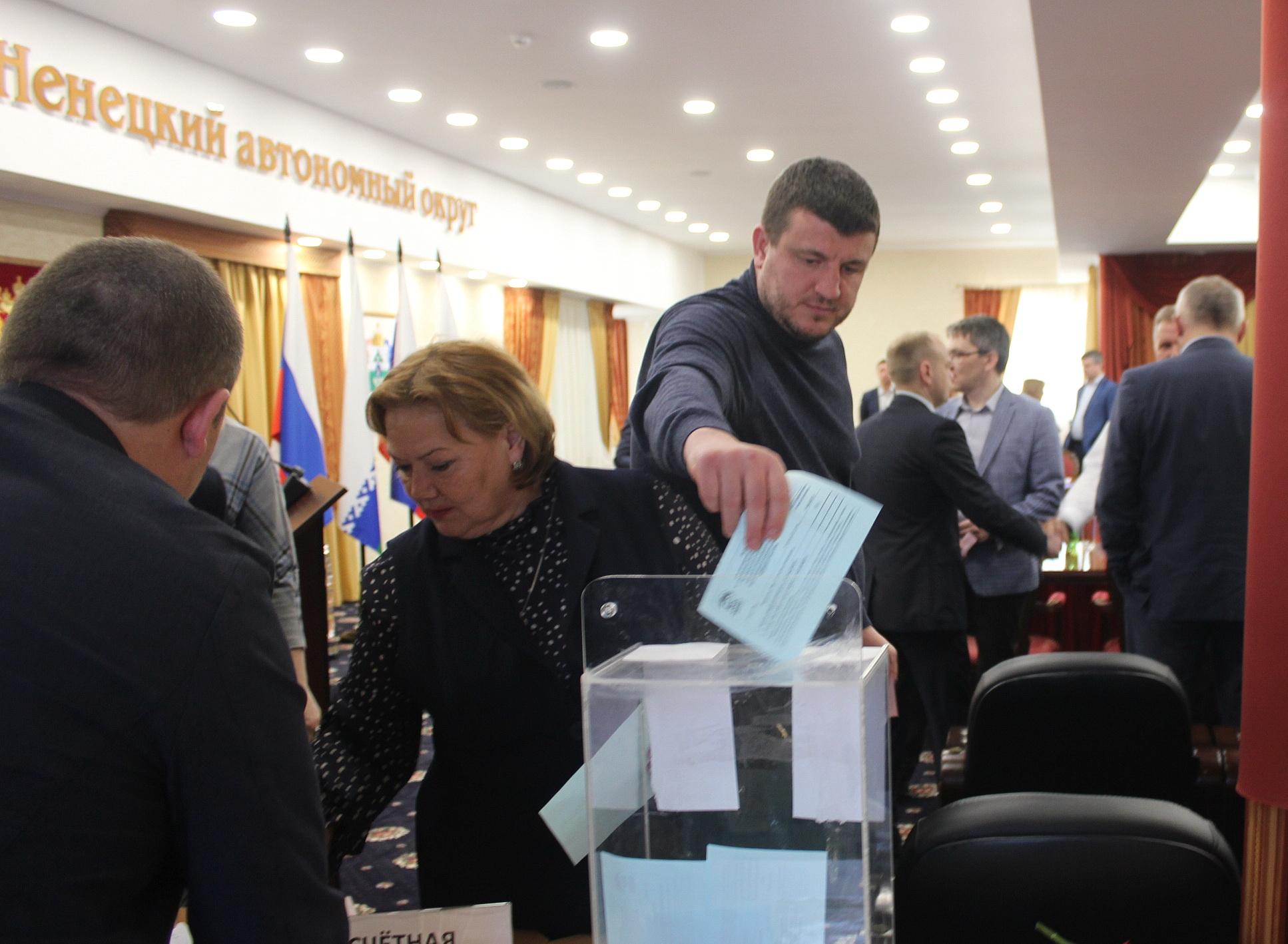 Голосует депутат горсовета Олег Плесовских