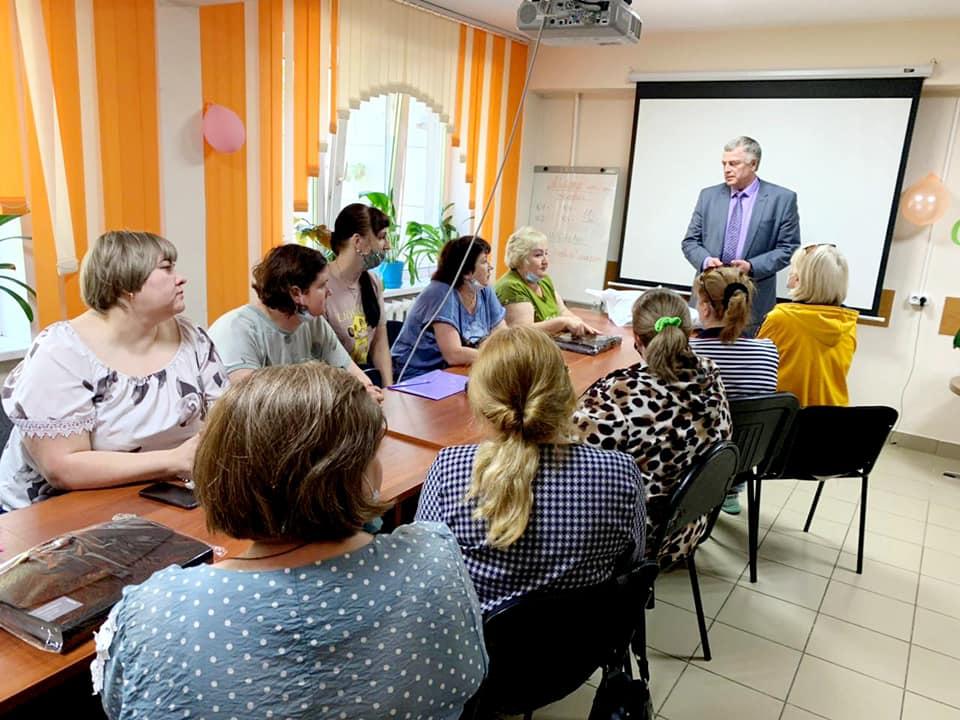 Единороссы Ачинска и Ачинского района поздравили социальных работников
