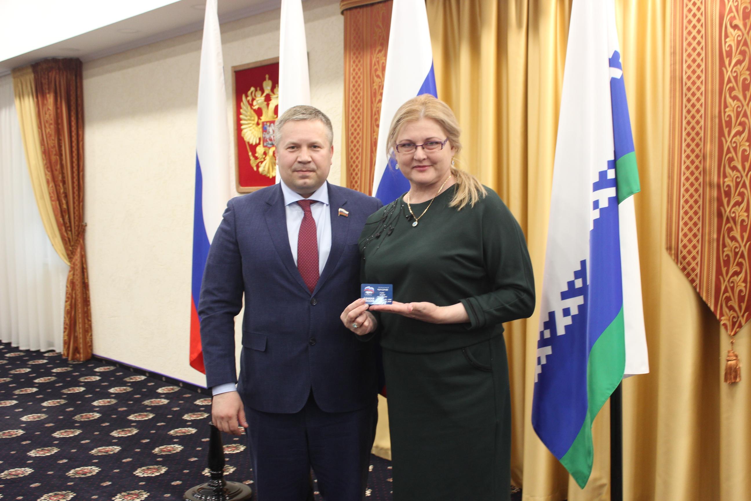 Секретарь НРО Денис Гусев вручил партбилет Марине Говша