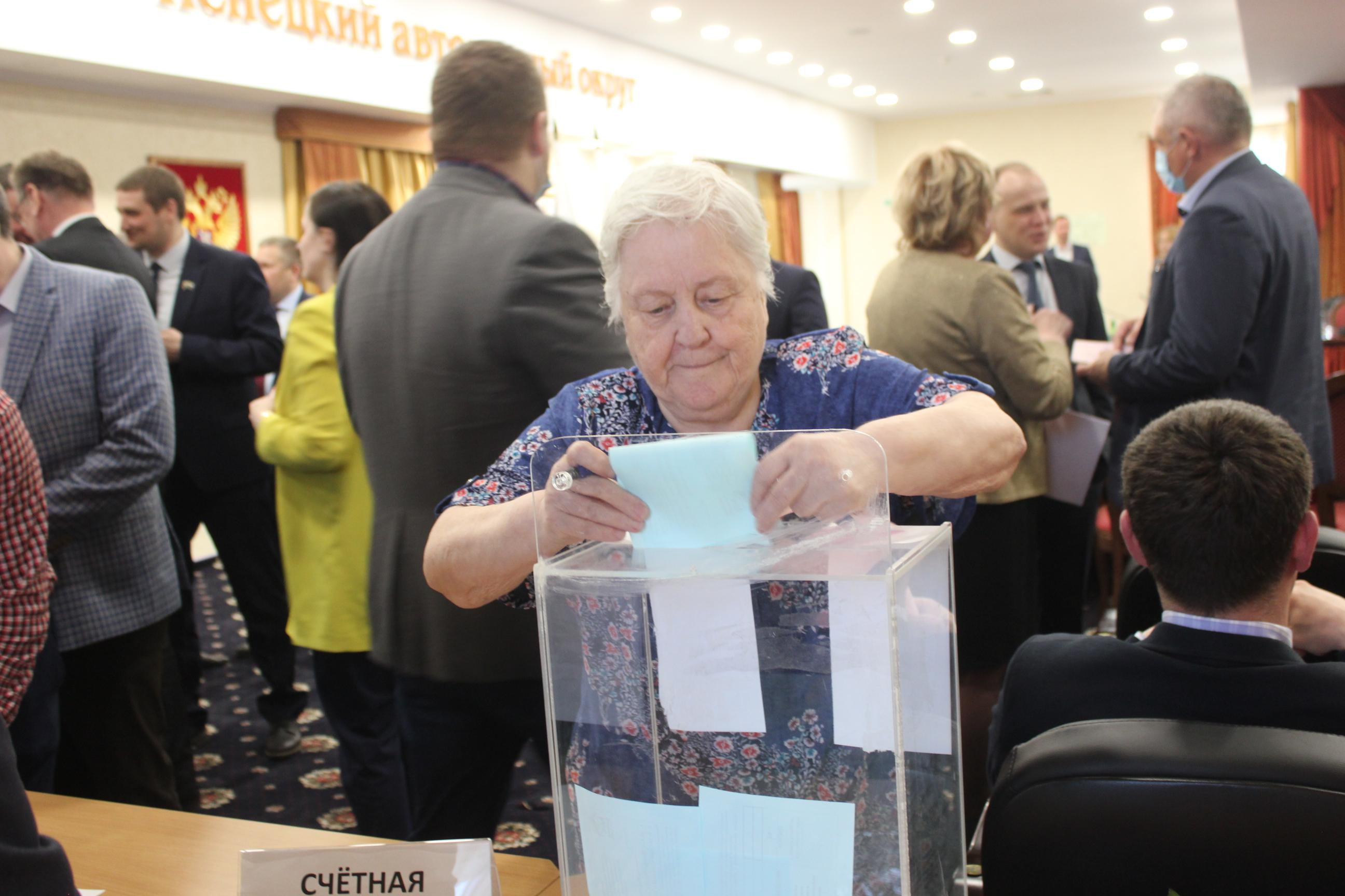 Голосует делегат конференции Надежда Кренц