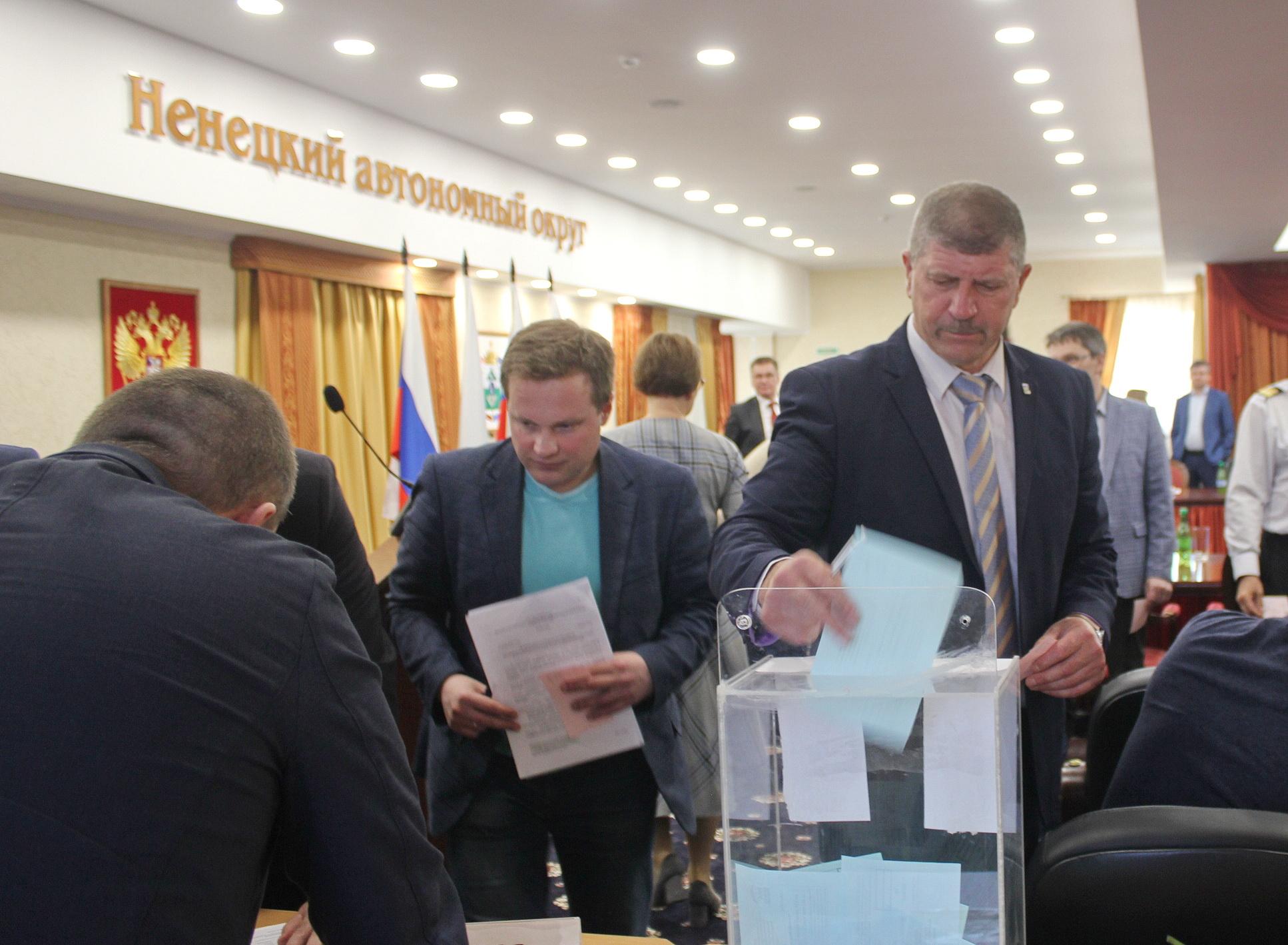 Голосует председатель горсовета Юрий Суський