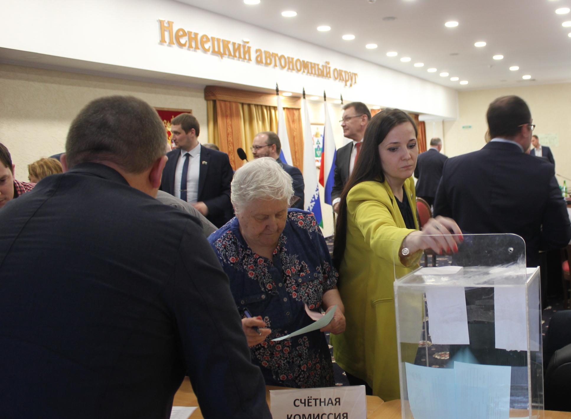 Голосует делегат конференции Юлия Храповицкая
