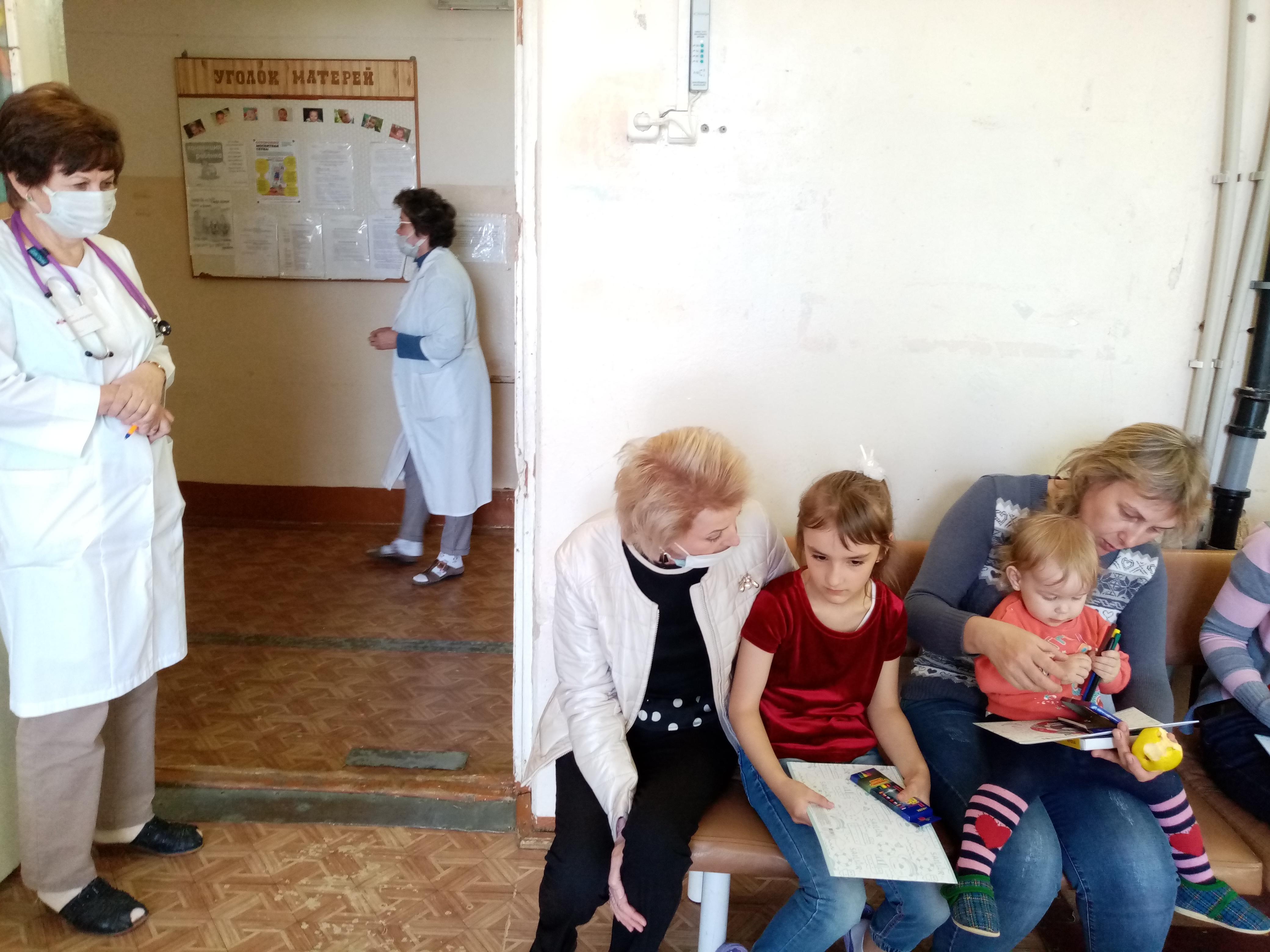 председатель комитета Ярославской областной Думы по социальной, демографической политике, труду и занятости Лариса Ушакова посетила детскую городскую больницу Рыбинска  и вручила детям подарки