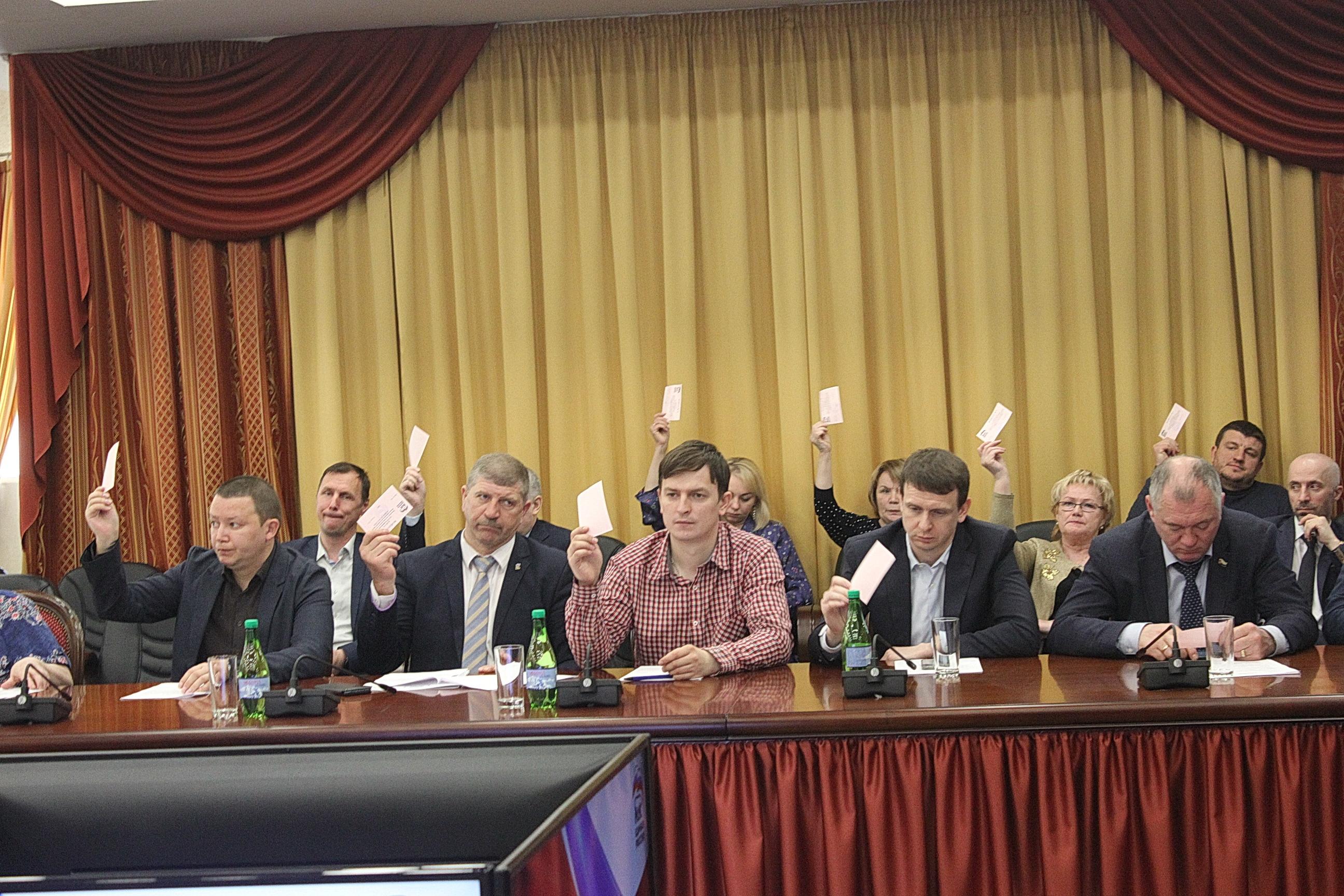 Идет голосование по кандидатуре делегата на съезд партии