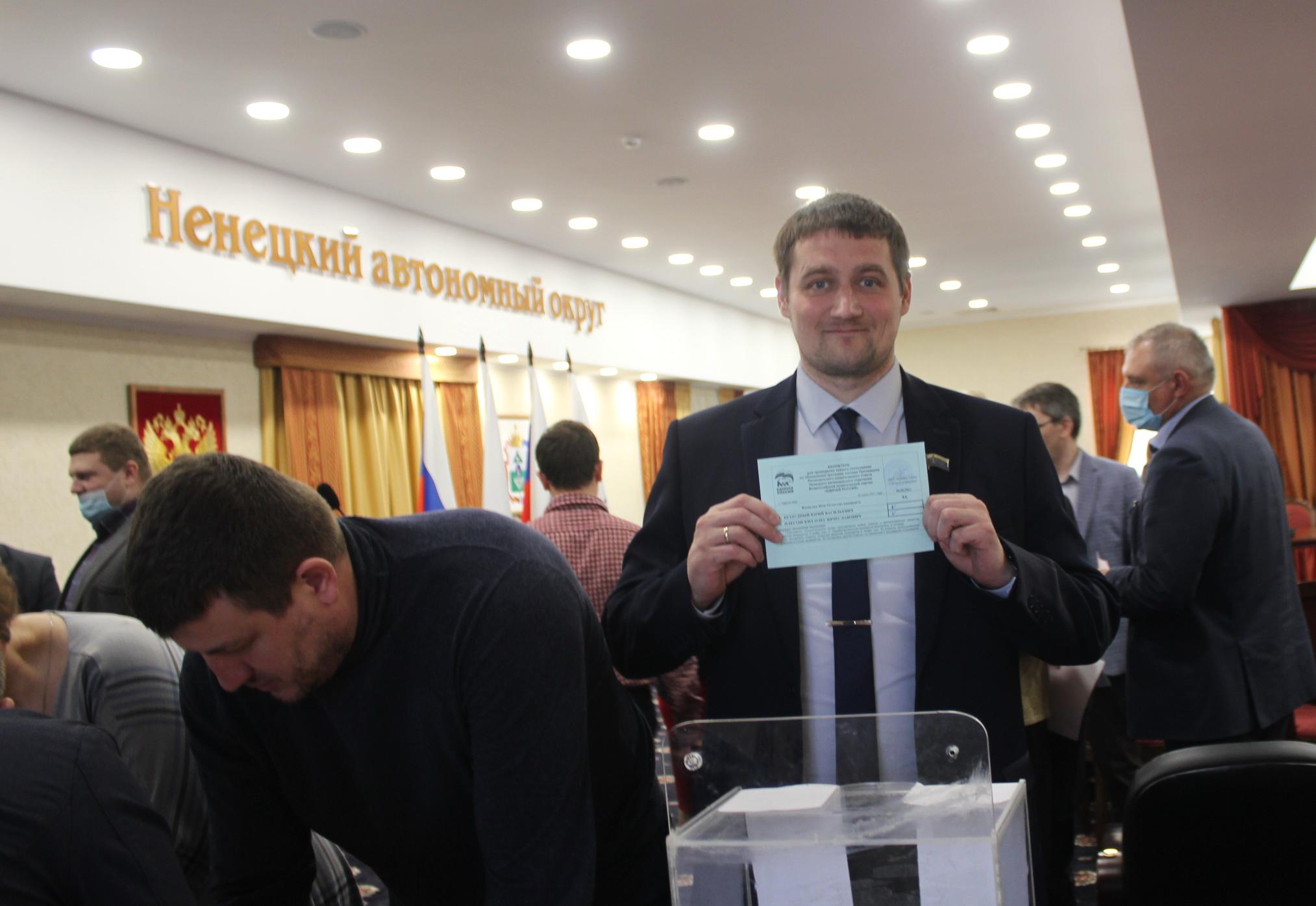 Голосует председатель Искательского поссовета Иван Егоров