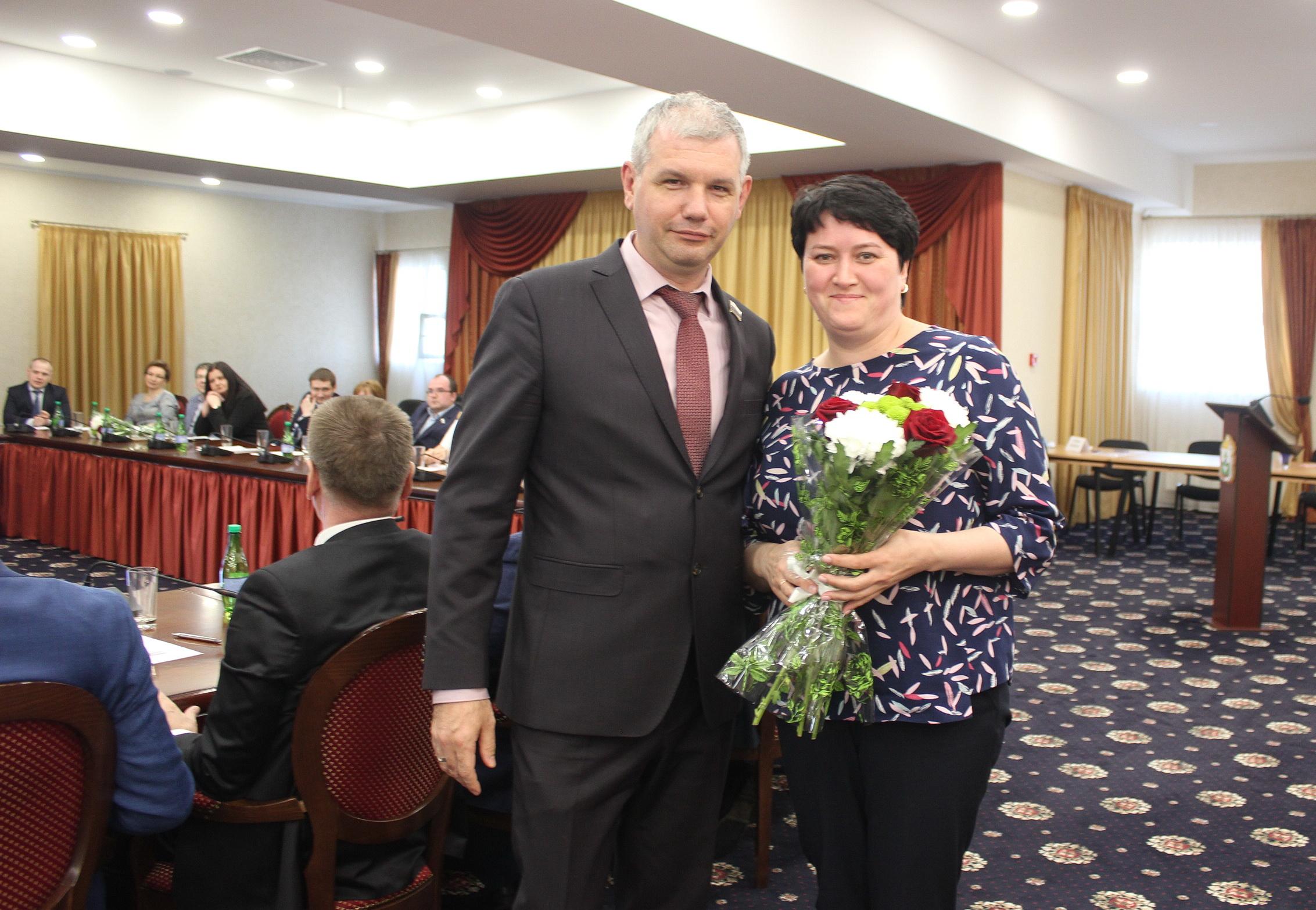 Депутат Архангельского областного собрания поблагодарил за профессиональную работу члена РПС Лиану Храпову