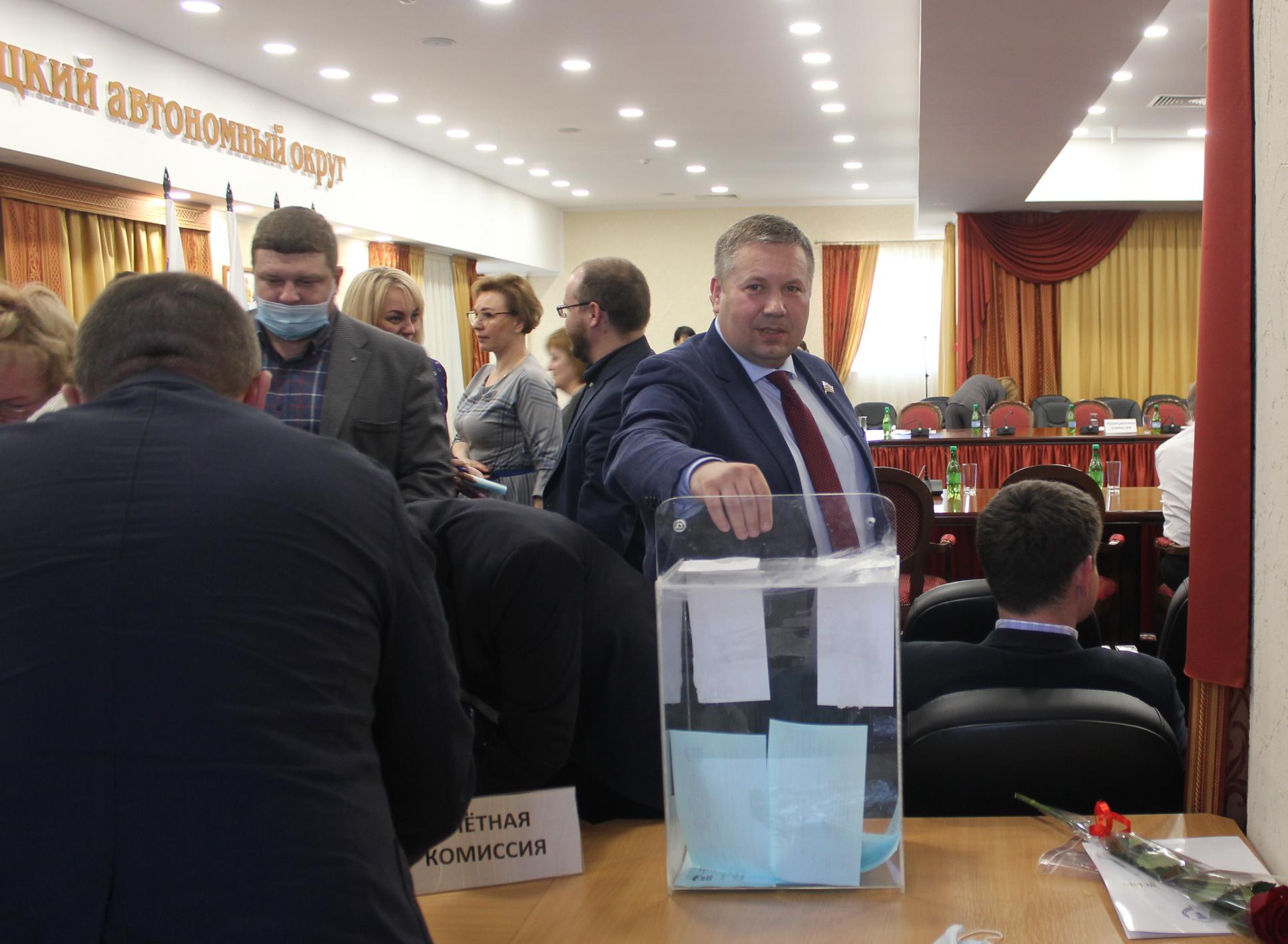 Голосует секретарь НРО, сенатор Денис Гусев