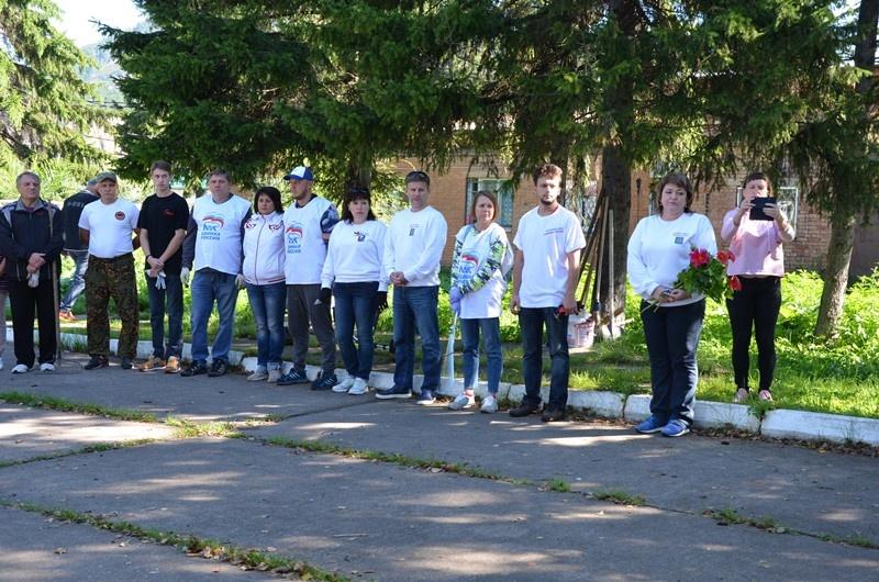 Партийцы Дивногорска провели субботник на мемориале Великой Отечественной войны в Овсянке