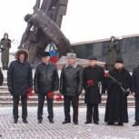 В Кемерово возложили цветы к памятнику воинам-кузбассовцам