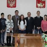 Егорьевские партийцы вручили детям-сиротам ключи от квартир