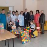 Единороссы Усть-Вымского района пополнили детскую комнату ЦРБ новыми игрушками