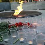 В Новосибирске на акции «Свеча памяти» отпустили в небо белых голубей, как символ мирного неба