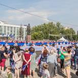 Более 100 единороссов приняли участие во флешмобе в честь Дня Государственного флага в Одинцово