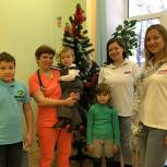 Ступинские молодогвардейцы подарили новогоднюю ёлку детскому соматическому отделению