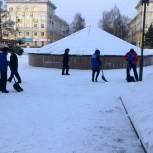 Активисты Партии убрали снег в микрорайонах Ленинска-Кузнецкого