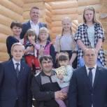 Семья с пятью дочками из Юргинского района въедет в новый дом в августе