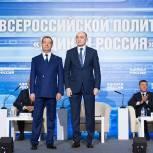 Медведев вручил партбилет Борису Дубровскому