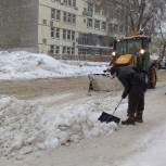 Партийцы продолжают оказывать посильную помощь в расчистке Саратова от снега