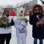 В Нарьян-Маре партийцы поздравили женщин с 8 Марта тюльпанами