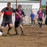 Партийная команда сыграла футбольный матч с осужденными из исправительной колонии