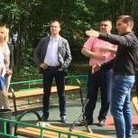 Депутат Мособлдумы Александр Орлов проверил благоустройство детских площадок в Запрудне