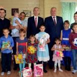 Многодетная семья получила подарок к рождению восьмого ребёнка
