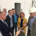 Даниил Бессарабов проконтролировал ход строительства детского центра «Журавлики» и соблюдение сроков работ