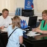 В приёмной местного отделения «Единой России» в Дзержинском приём граждан провели Владимир Жук и Людмила Иванова