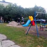 Олег Правдин помог в благоустройстве детской площадки