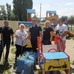 Партийцы провели субботник на детской площадке в поселке Новосоколовогорский