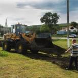 Корочанские партийцы благоустраивают территорию вокруг дома культуры села Короткое