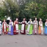 Партийцы угостили яблоками жителей района Алтуфьево