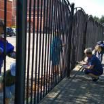Электрогорские партийцы и сторонники в рамках акции «1 сентября» покрасили школьный забор