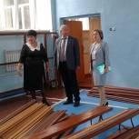 Депутат Госдумы проверил ход ремонтных работ в спортивном зале неверкинской школы