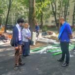 Химкинские сторонники Партии проверили ход строительства детской дворовой площадки